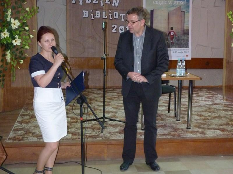 Powitanie gościa przez dyrektora biblioteki Dorotę Karkusiewicz