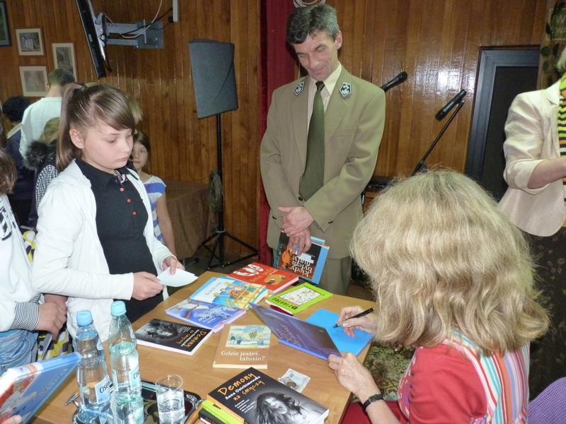 Anna Onichimowska w otoczeniu czytelników naszej biblioteki.