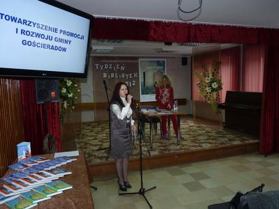 Panie: Anna Onichimowska i dyrektor biblioteki Dorota Karkusiewicz