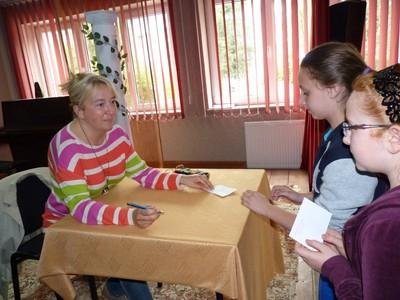 Agnieszka Fraczek i młodzi czytelnicy.