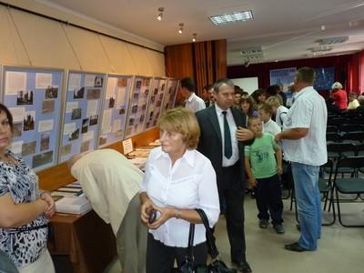 Publiczność zwiedzająca wystawę pokonkursową.