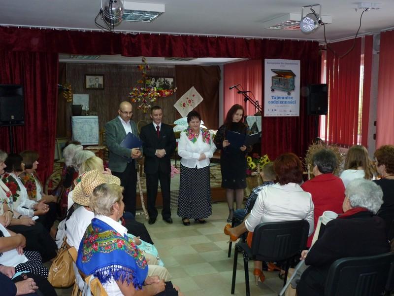 Powitanie gości przez przedstawicieli organizatorów obchodów gminnych: Dorotę Karkusiewicz, Zofię Karkusiewicz, Mariusza Szczepanika i Romana Bissa.