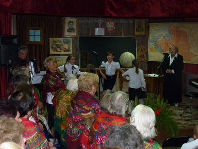 Scenka nauczania w szkole wiejskiej przygotowana przez seniorów z wnuczętami.