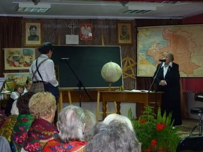Relacje nauczyciel - uczeń w dawnej szkole na przykładzie scenki przygotowanej przez Klub Seniora w Gościeradowie.