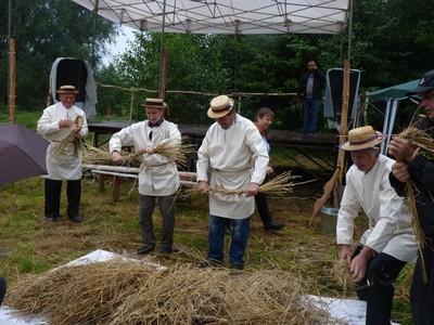 Konkurs robienia powróseł i snopków w którym wziął udział wójt Mariusz Szczepanik.